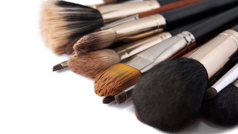 Frühjahrsputz schmutzige Make-up-Pinsel